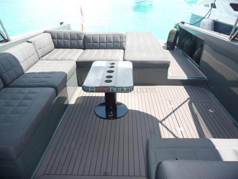 Mesa en la cubierta del barco de alquiler de A30nudos.com