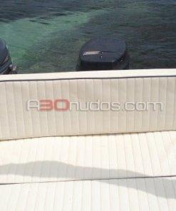Cómodos asientos en la popa del barco de alquiler