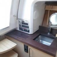 Interior del camarote del barco de alquiler