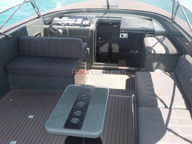 Vista desde la popa de la cubierta del barco de alquiler en Ibiza