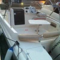 Mesa y asientos del barco de alquiler en Ibiza