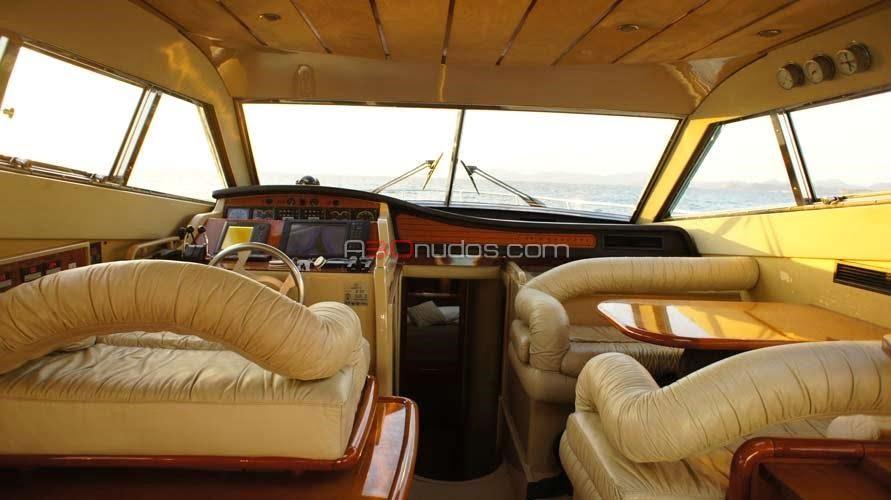 Interiores del barco Ferretti 53