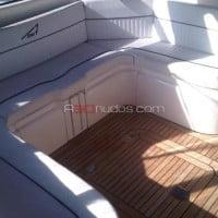 Cómodos y amplios asientos del barco
