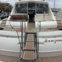 Embarcación equipada con pasarela hidráulica