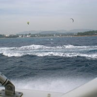 Deportes acuáticos desde el barco de alquiler