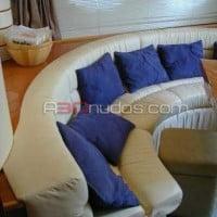Muebles con estilo en el barco de alquiler