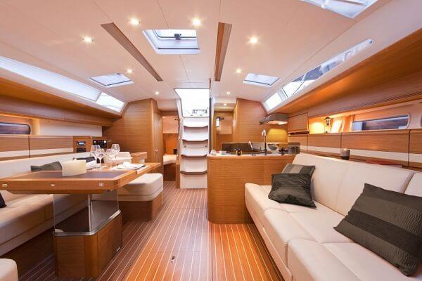El interior de un barco de alquiler