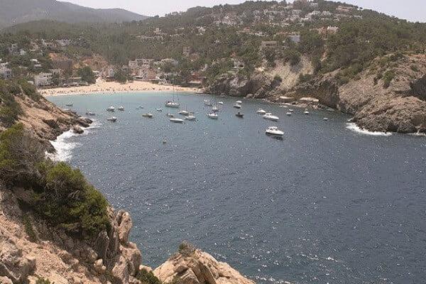 Algunos barcos fondeados en Cala Vadella