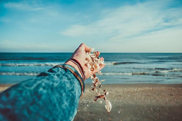 Una persona en la playa de Ibiza